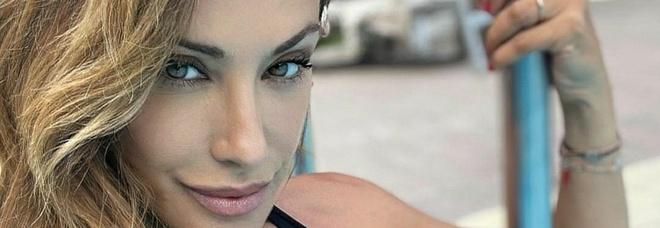 Sabrina Salerno bomba sexy: il bikini in piscina fa impazzire i fan FOTO