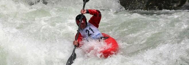 A 13 anni muore annegato nel fiume mentre partecipa a un corso di kayak