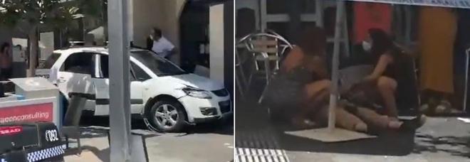 Auto piomba a tutta velocità sui tavolini di un bar: 11 feriti, una donna gravissima. Arrestato il guidatore VIDEO