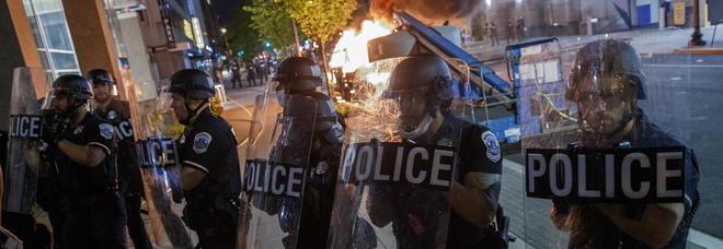 """Uccisione Floyd, un morto e 1.400 persone arrestate. Scontri davanti alla Casa Bianca """"blindata"""" dalla Guardia Nazionale"""