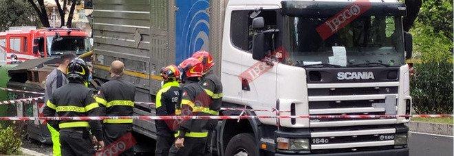 Roma, voragine in via dei Colli Portuensi: camion sprofonda nell'asfalto