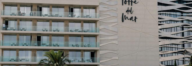 Giù dal balcone di un hotel a Ibiza, morti un ragazzo e una 21enne italiana: «Forse femminicidio»
