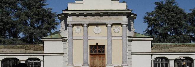Torino, scambio lapidi al cimitero: lo scopre una vedova che fa riesumare la salma del marito