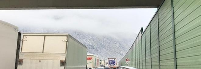 Maltempo, Brennero bloccato per neve: Tir in coda per chilometri