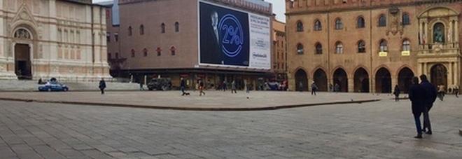 Bologna verso la zona arancione scuro: «È in pieno terzo picco della pandemia»