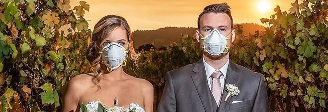 Incendi in California, la coppia di sposi posa per le foto di nozze con la mascherina