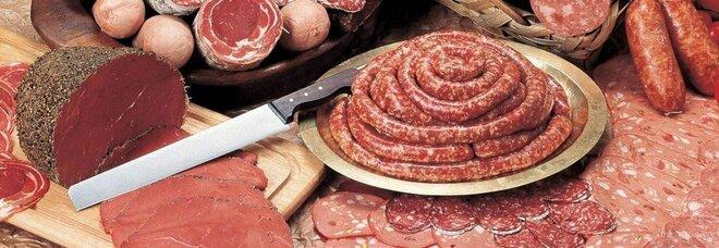 Mangiare troppa carne lavorata aumenta il rischio di demenza: lo studio britannico