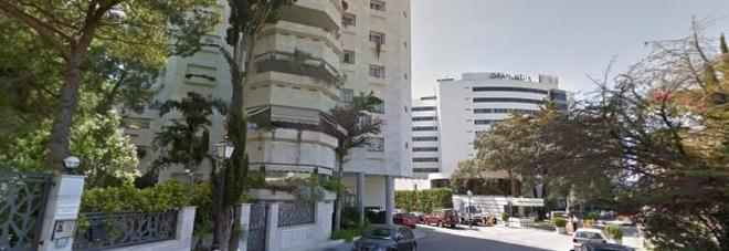 Precipita dal balcone dell'hotel su un uomo seduto in terrazza: morti entrambi