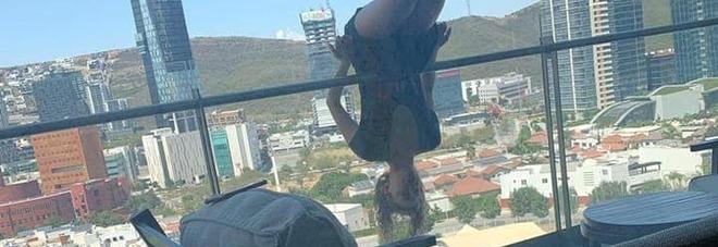Messico, cade dal balcone mentre fa yoga: studentessa 23enne si rompe 110 ossa