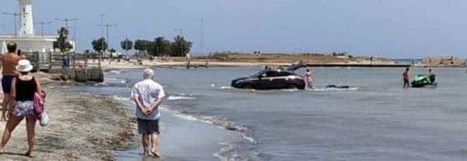 Lecce, entra in mare con l'auto per scaricare la moto d'acqua: la foto choc in spiaggia