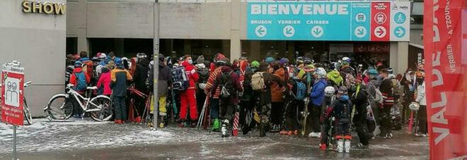 Piste da sci aperte in Svizzera, assembramenti davanti all'impianto: scoppia la polemica