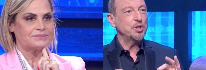 I Soliti Ignoti, la domanda di Simona Ventura imbarazza Amadeus. Fan increduli: «Ma che dice?»