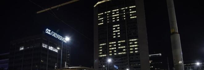 """Coronavirus a Milano, il Pirellone si illumina con la scritta """"state a casa"""""""