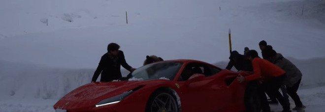 """Si divertono con la Ferrari durante la grande nevicata a Cortina: """"salvati"""" dai vigili del fuoco VIDEO"""
