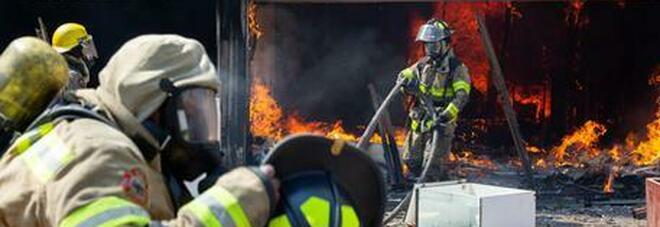 Scontri in Sudafrica, una madre lancia la figlia dal primo piano per salvarla dalle fiamme - il VIDEO