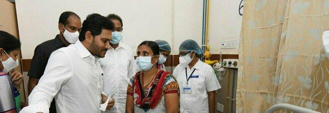 Centinaia di ricoverati e almeno un morto: nuova misteriosa malattia spaventa l'India