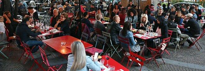 Zona bianca da lunedì per tre regioni e coperti al chiuso nei ristoranti per tutti da martedì