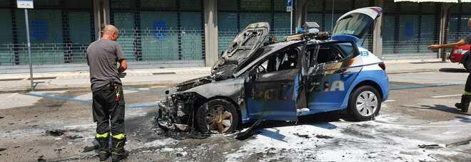 Il motore si surriscalda: a fuoco la Volante della polizia, agenti salvi per miracolo FOTO