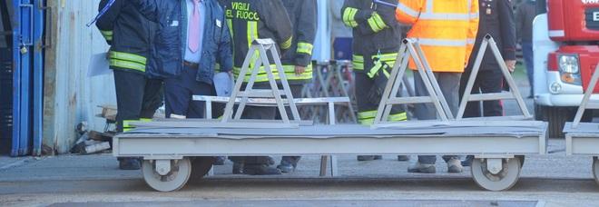 Carico troppo pesante, gru cade e lo schiaccia: morto 47enne