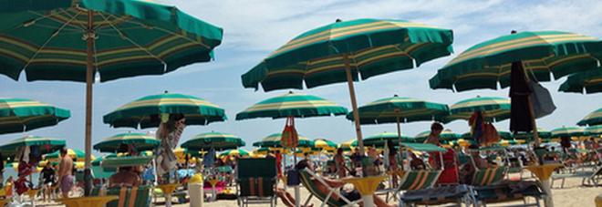 Estate 2021, come andremo in spiaggia. Ecco tutte le regole per lettini, mascherine e sport