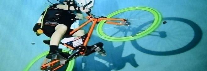 In bici nella piscina più profonda al mondo: pedalata subacquea da record per...