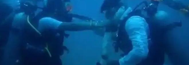 India, si sposano a 20 metri di profondità con lo scambio delle ghirlande