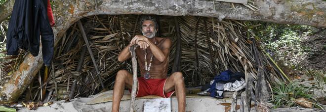 Brando Giorgi abbandona l'Isola: «Ha avuto un problema agli occhi, deve tornare in Italia»