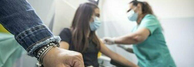 Vaccini, rischio miocarditi, Ema: «Casi molto rari, possibili effetti collaterali»