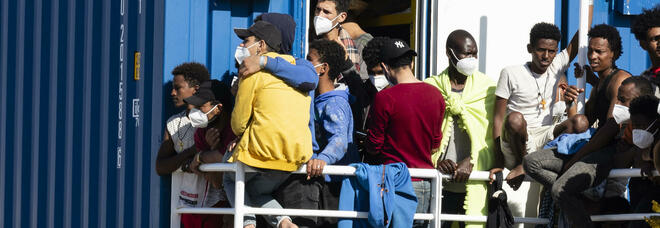 Migranti, in arrivo a Pozzallo nave quarantena con 12 positivo a bordo