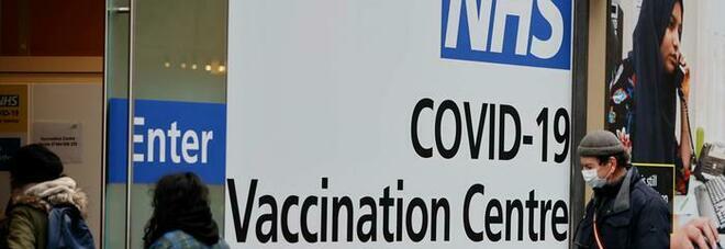 Covid nel Regno Unito, le restrizioni restano per altre 4 settimane: rinviata la revoca