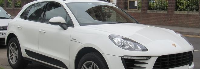 Percepisce il reddito di cittadinanza, ma guida una Porsche Macan da 60mila euro