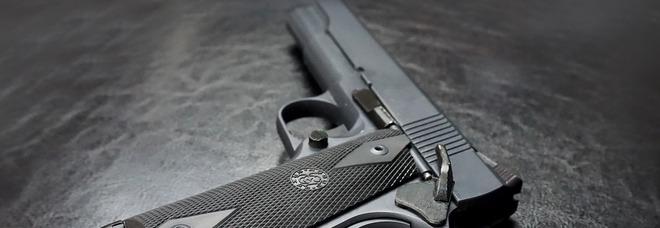 Bambino di tre anni spara e uccide il fratellino di otto mesi