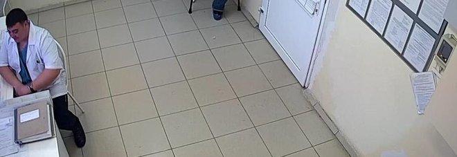Idraulico indossa il camice bianco e si finge ginecologo: arrestato in ospedale