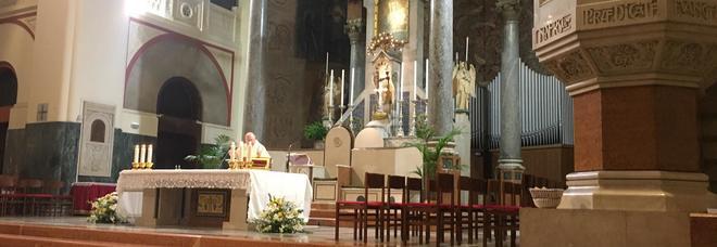 Roma, rom minacciano parroco per avere l'elemosina: «Diamo fuoco a tutto»