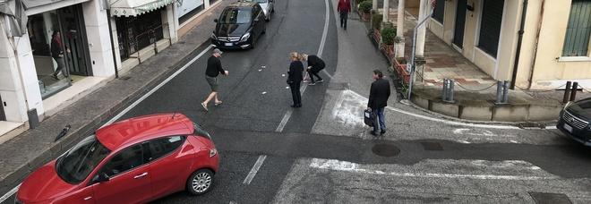 Volano in strada 1.200 euro in pezzi da 50: traffico in tilt, tutti a raccogliere