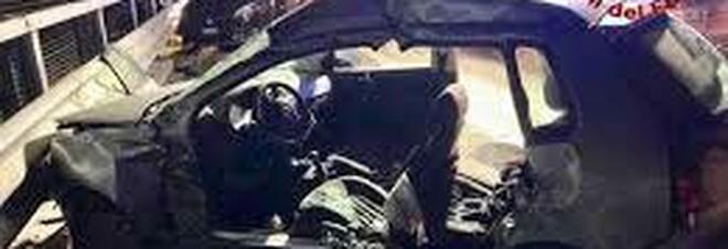 L'auto vola sull'asfalto bagnato: morto a 19 anni lungo la Provinciale