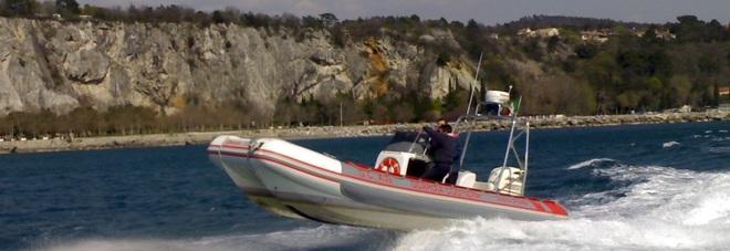 Escono in barca poi cala la nebbia: pescatori disorientati lanciano Sos