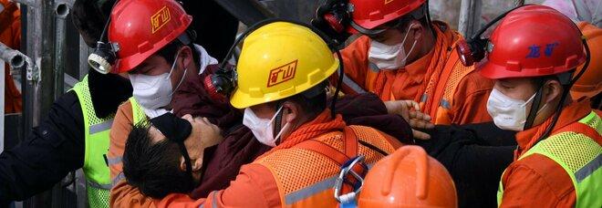 Cina, 11 minatori estratti vivi dopo il crollo di una miniera d'oro: sono stati sottoterra per due settimane