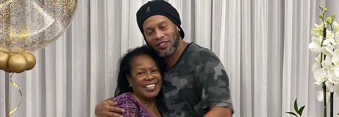 Ronaldinho, morta la mamma Miguelina: aveva 71 anni. Per mesi aveva combattuto il covid