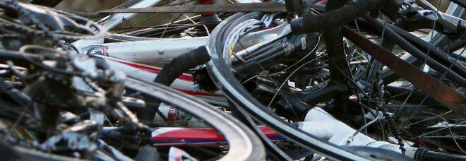 Travolge 5 ciclisti durante una gara: due sono gravi. L'automobilista 20enne è sotto choc