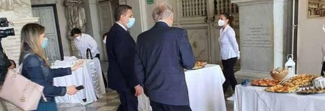 Buffet vietati, ma all'inaugurazione a Genova i politici si tuffano sul banchetto. Il sindaco si scusa: «Ho preso una pizzetta»