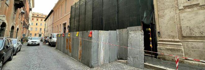 Non c'è pace per via Caetani: spuntano nuovi lavori alla facciata dopo l'inaugurazione della lapide ad Aldo Moro