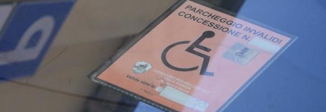"""""""Vergognati, hai fregato il pass"""", ragazza disabile trova biglietto di insulti sul parabrezza dell'auto"""