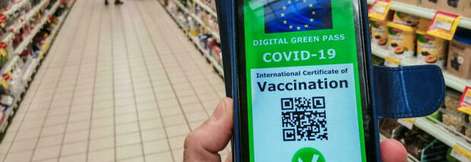 Green pass a Roma, farmacie prese d'assalto: «Non siamo stamperie»