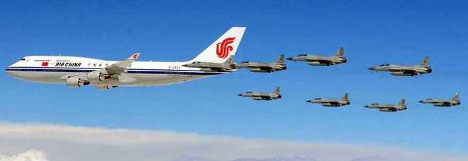 Aereo Da Combattimento Cinese : Il presidente cinese xi arriva in pakistan suo aereo