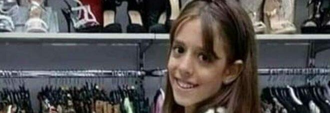Bimba morta a 10 anni, palloncini bianchi e lacrime a scuola: «Ciao Marta, guardaci da lassù»