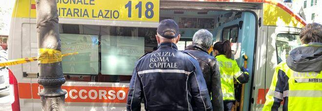 Roma, soccorsa la donna chiusa nella Smart da cinque giorni: ora è ricoverata in ospedale
