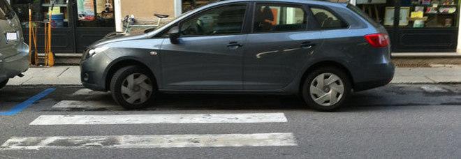 Milano, fotografa auto su strisce: ciclista malmenata da proprietari