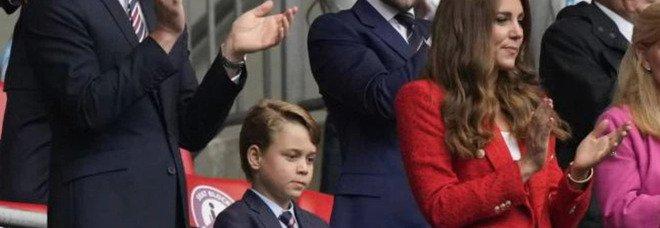 William, Kate e il piccolo George allo stadio per Inghilterra-Germania, il gesto del bimbo spiazza tutti: «Non è possibile...»