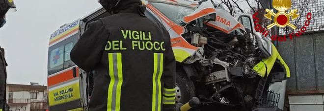 Ambulanza a tutta velocità con le sirene accese si schianta contro un palo: il paziente è l'unico illeso FOTO